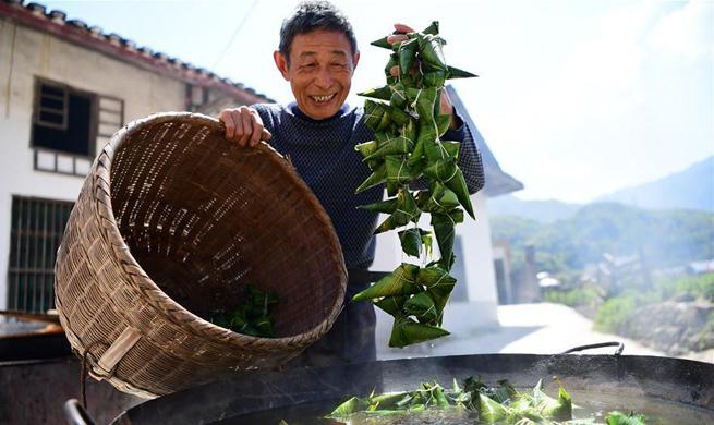 People across China enjoy Dragon Boat Festival holiday