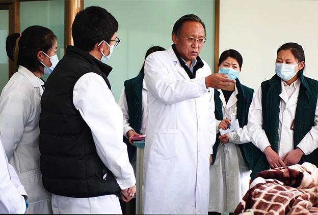 """您在專業領域取得了豐碩的成果,並且開創了好幾個西藏醫療領域的""""第一""""。請簡單介紹一下這些來之不易的成果。"""