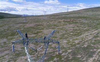 西藏那曲新一輪農網升級改造工程開展首段架線施工試點