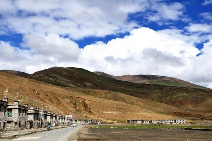 """西藏""""百企幫百村""""行動幫扶貧困人口逾3萬人"""