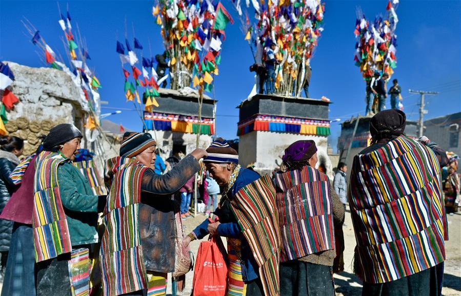 西藏日喀則:豎五彩經幡 祈五谷豐登