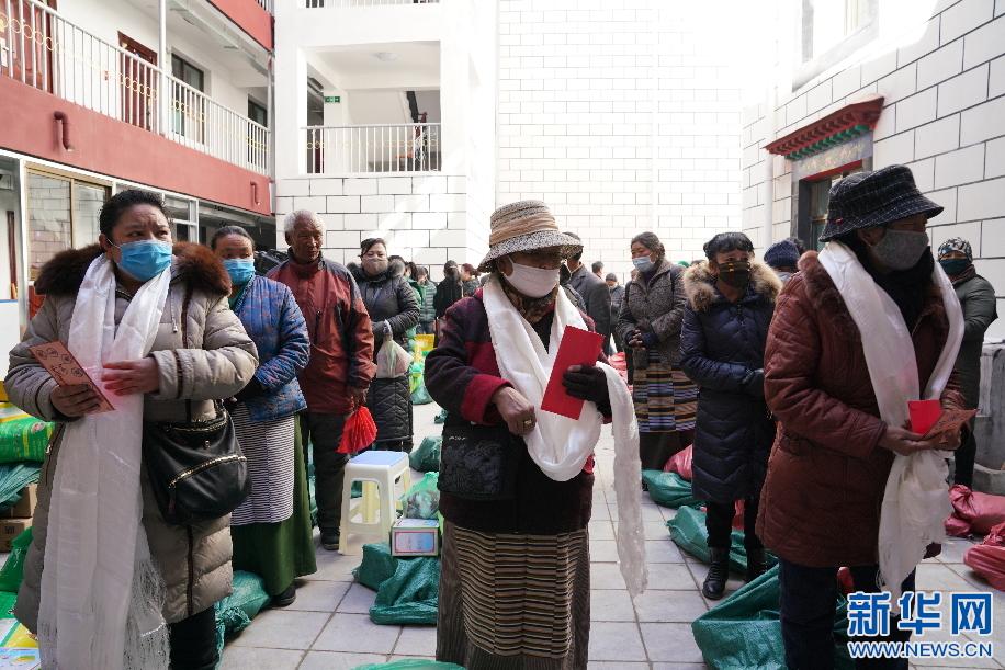 拉薩:新春送物資 溫暖進社區