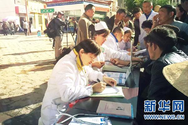 為組團式援藏醫療人才頒發紀念獎章