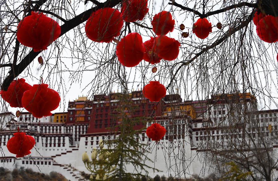 布達拉宮廣場盛裝迎接新年