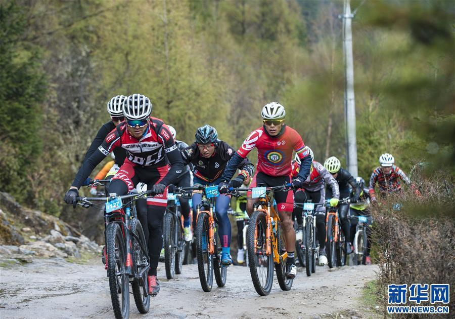 中國海拔最高環湖自行車賽在西藏巴松措完賽