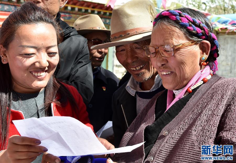 把光明送給藏族老人