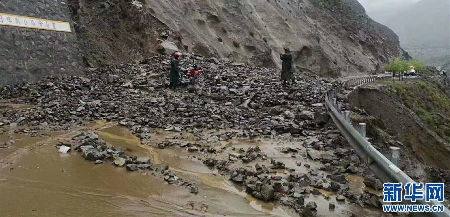西藏仁布縣發生泥石流災害交通中斷車輛受阻