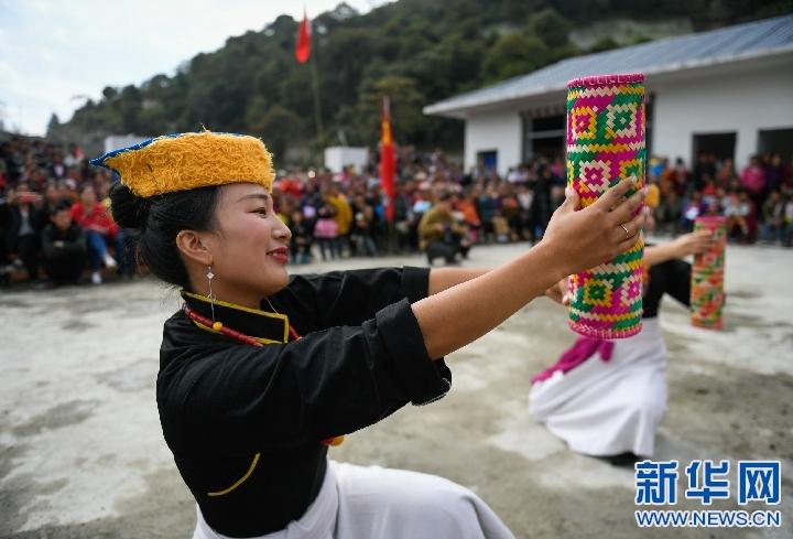 西藏墨脫:文藝隊走進災區安置點(圖)