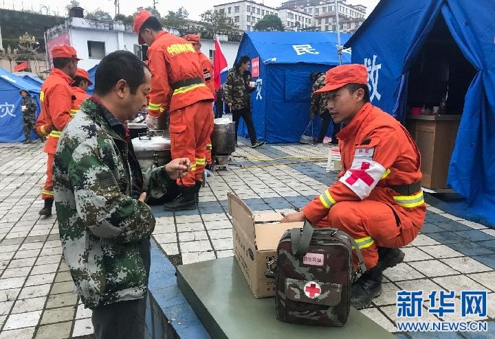 西藏墨脫:消防員為安置群眾提供早餐