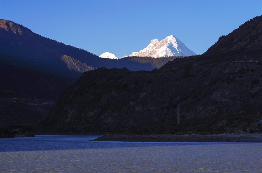 夕陽下的加拉白壘峰(圖)