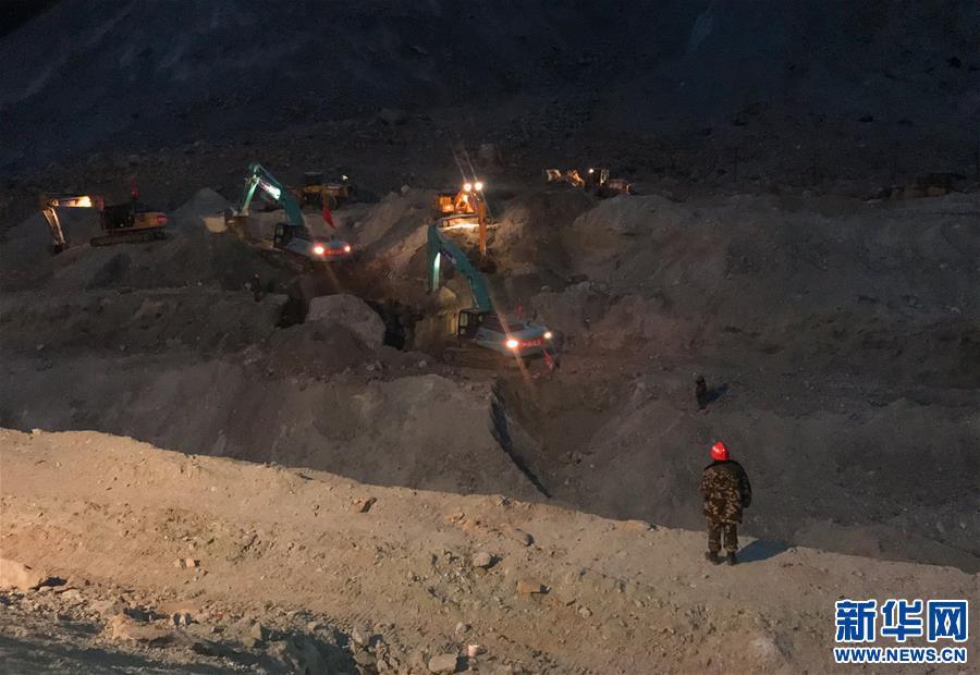 金沙江堰塞湖水位仍在上漲 施工人員實施泄流槽開挖作業(圖)