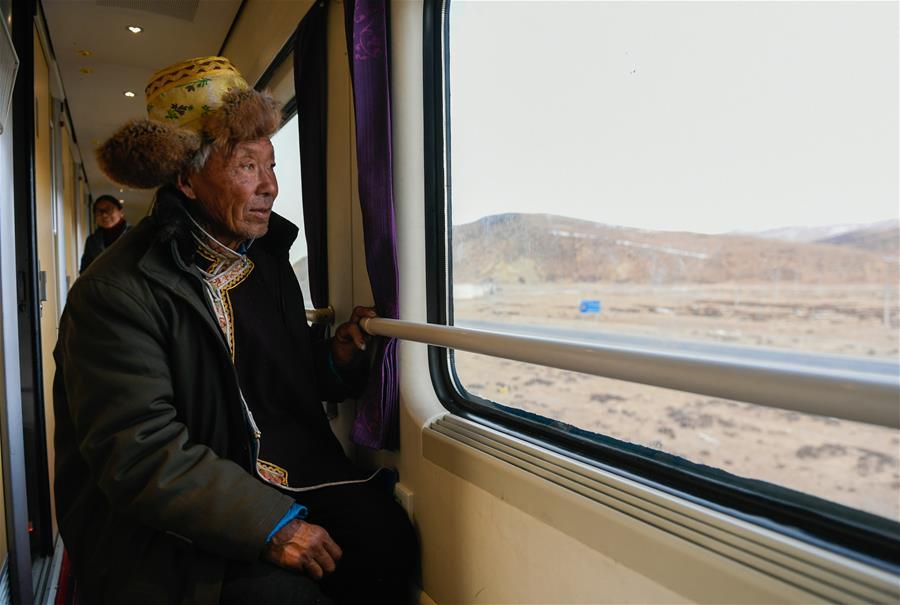 穿行在雪域高原的列车(图)
