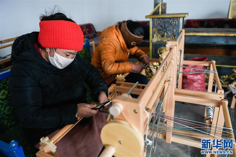 西藏那曲:手工编织助脱贫(图)