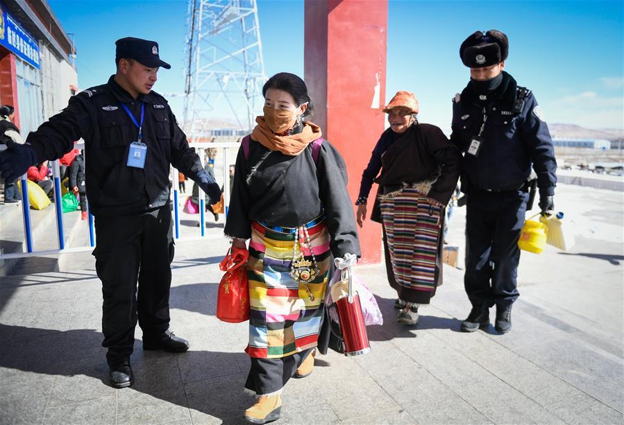 西藏高海拔火车站出行忙(图)