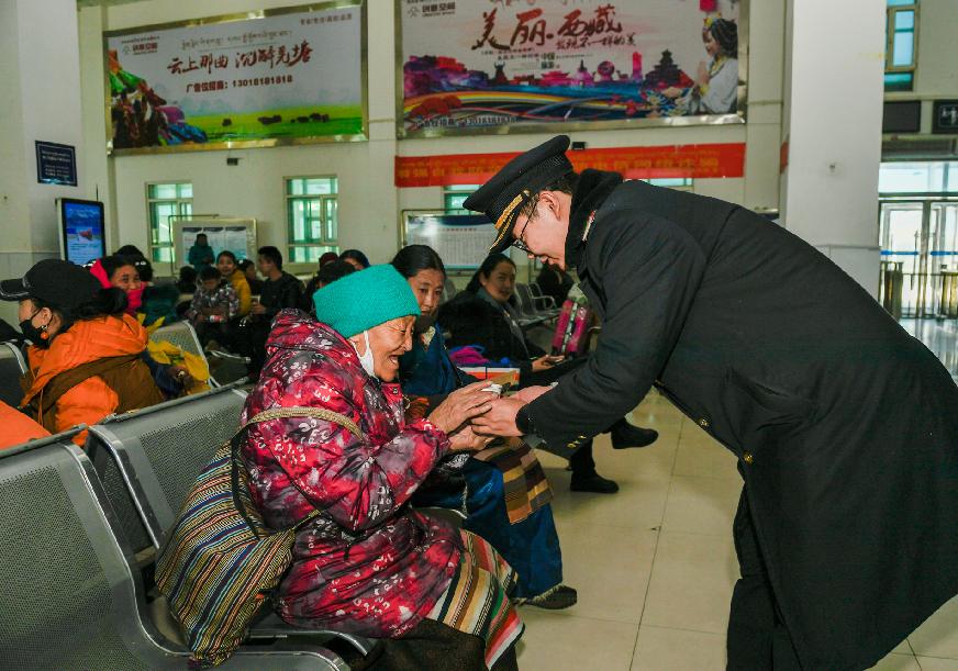 西藏那曲火车站出行忙(图)