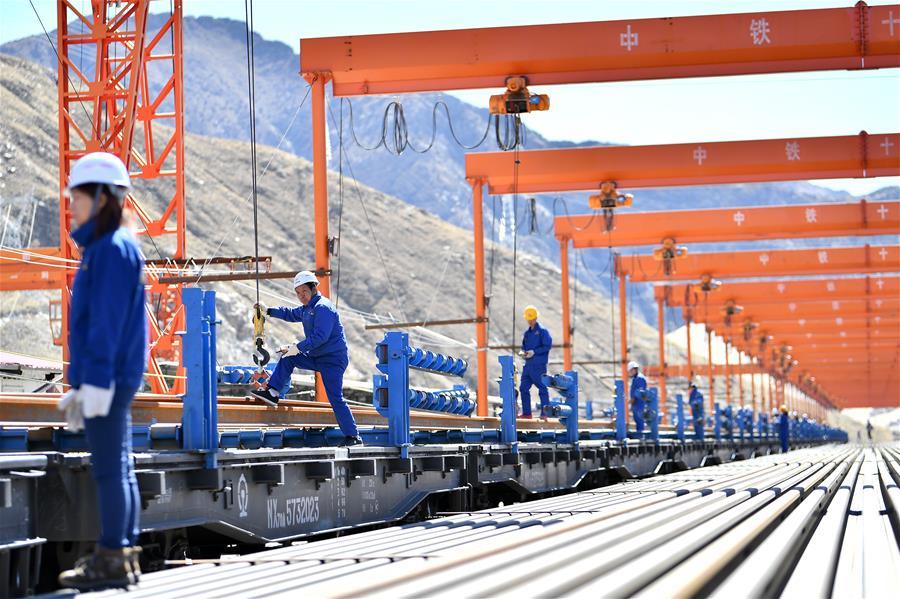 拉林鐵路掀起新年鋪架序幕(圖)