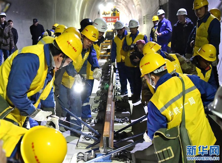 拉林鐵路首次鋪設500米長鋼軌(圖)
