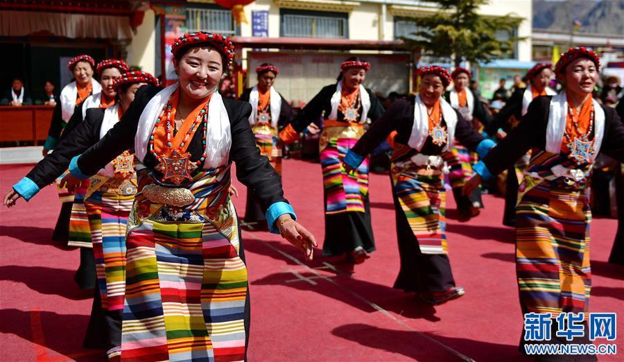 """西藏乃瓊村:載歌載舞慶""""三八""""(圖)"""