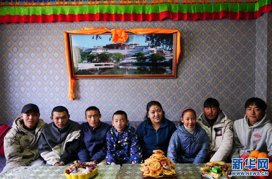 """藏族""""媽媽""""和她的22個孩子(圖)"""