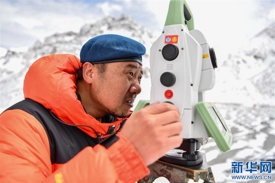 自然資源部第一大地測量隊對珠峰峰頂進行交會觀測(圖)