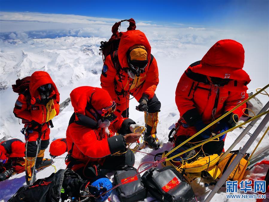 中國人成功登頂地球之巔再測珠峰高度(圖)