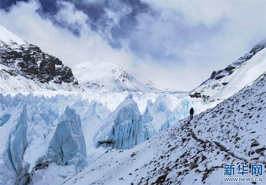 雪後珠峰東絨布冰川(圖)
