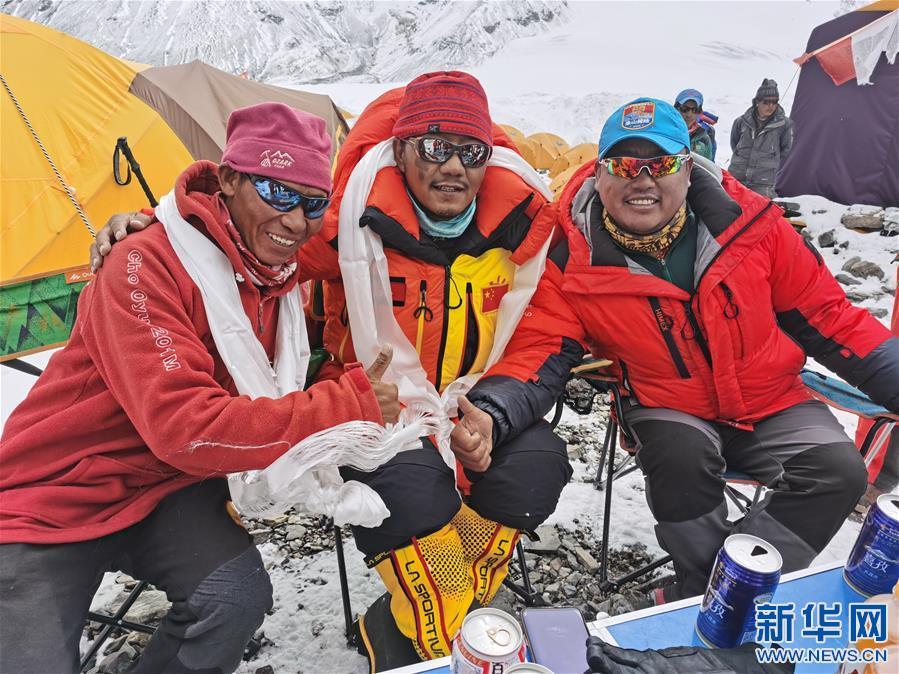 測量登山隊安全返回6500米的前進營地(圖)