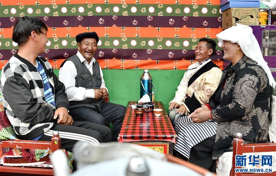西藏當雄:易地搬遷群眾奔小康(圖)
