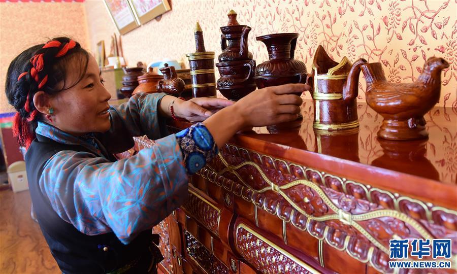 西藏日喀則:建檔立卡貧困戶住進新村(圖)